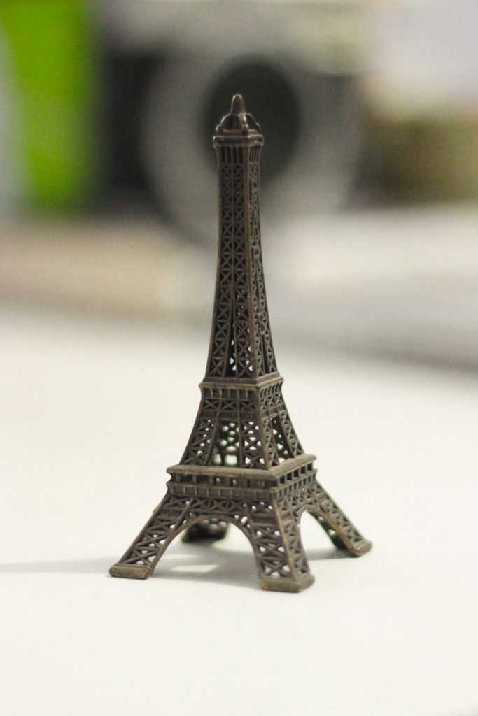 Fotografando a miniatura da Torre Eiffel