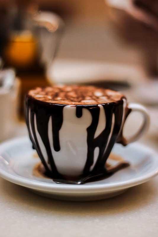 Café com doces e creme de avelã