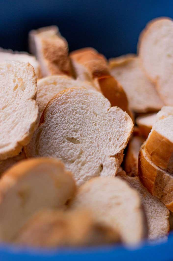 Pão velho cortado em rodelas